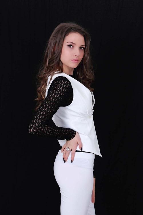 Асиметричен бял дамски елек
