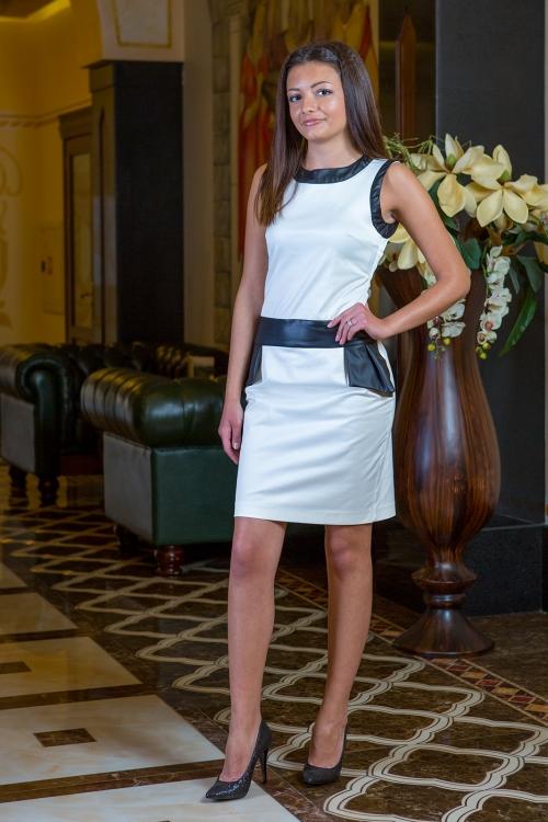 Къса бяла рокля - Адел
