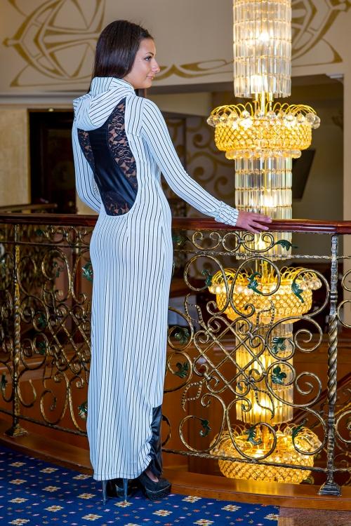 Дълга рокля с качулка и дантелен гръб - Наоми