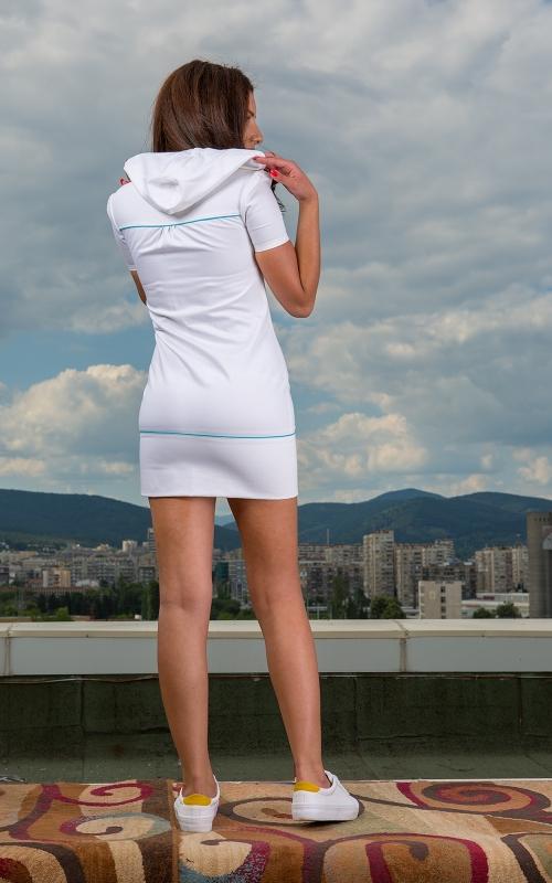 Къса спортна бяла рокля с качулка