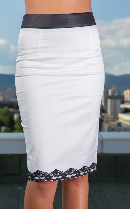 Стилна бяла пола с черна дантела
