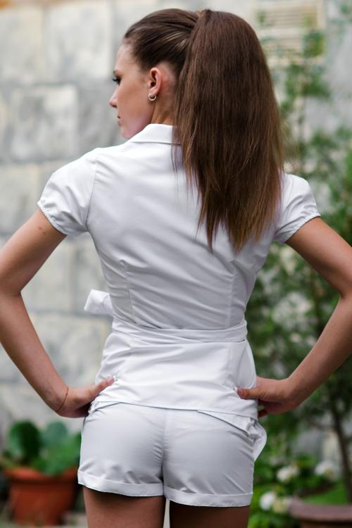 Къси бели дамски панталони с двуредно закопчаване