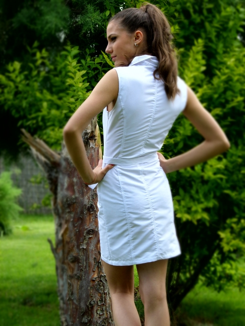 Спортно - елегантна къса рокля в бяло