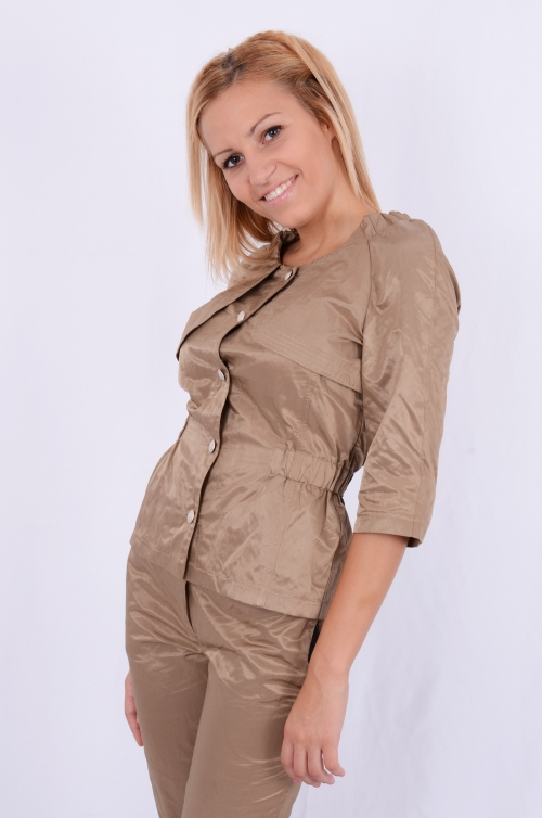 Дамски костюм от дълъг панталон и яке