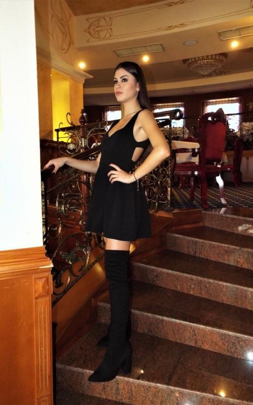 Къса черна рокля с ефектен гол гръб - Бевърли