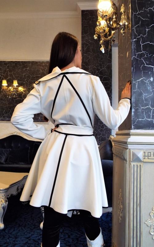 Дамско асиметрично бяло палто с колан