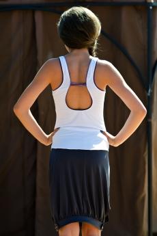 Дамски спортен комплект от пола и топ с гол гръб