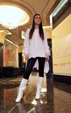 Дамска бяла асиметрична риза с дълъг ръкав